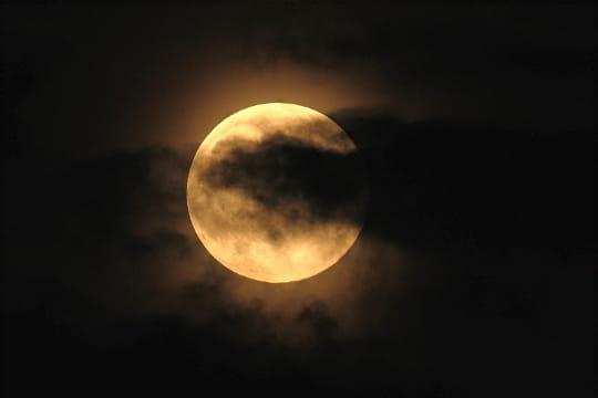 http://i-cms.linternaute.com/image_cms/original/1363890-pleine-lune-timide.jpg
