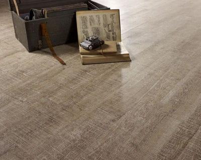 aspect vieilli 20 rev tements de sol pour votre salon linternaute. Black Bedroom Furniture Sets. Home Design Ideas
