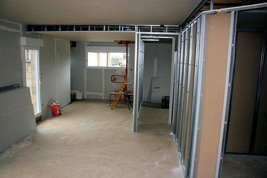 le montage des cloisons construction d 39 une grande maison de famille linternaute. Black Bedroom Furniture Sets. Home Design Ideas