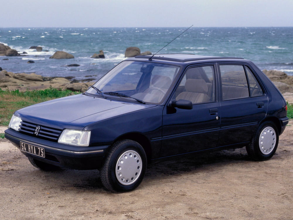 apr s 12 ans de carri re la peugeot 205 re oit un. Black Bedroom Furniture Sets. Home Design Ideas