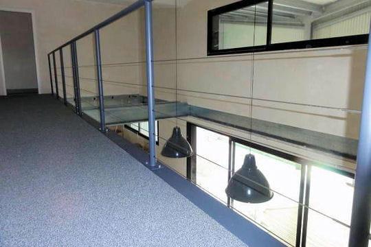l 39 tage une maison loft dans un hangar linternaute. Black Bedroom Furniture Sets. Home Design Ideas
