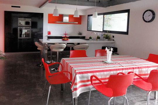Une maison loft dans un hangar pictures to pin on pinterest - Maison dans hangar metallique ...