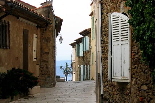 Gassin var le charme des villages en bord de mer - Les plus beau village du var ...