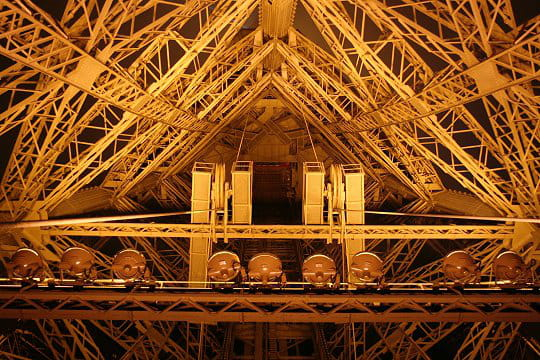 Vers le dernier tage visite des entrailles de la tour eiffel linternaute - Restaurant dernier etage tour eiffel ...
