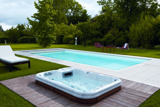 Un spa demi enterr 25 piscines et spas installer chez for Prix piscine spa