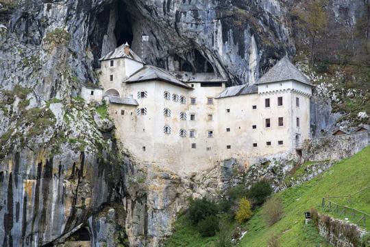 le château de predjama en slovénie