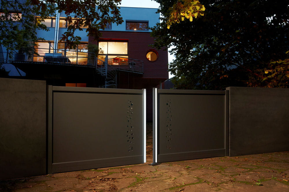 un portail avec syst me d 39 clairage 10 portails pour embellir et s curiser la maison linternaute. Black Bedroom Furniture Sets. Home Design Ideas