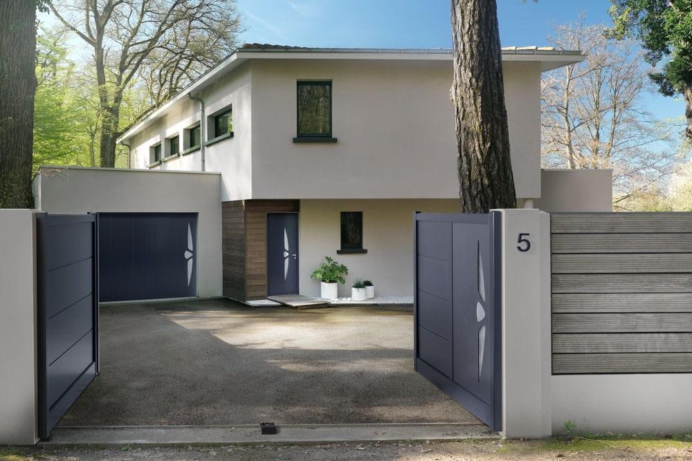 portail vitrage 10 portails pour embellir et s curiser la maison linternaute. Black Bedroom Furniture Sets. Home Design Ideas