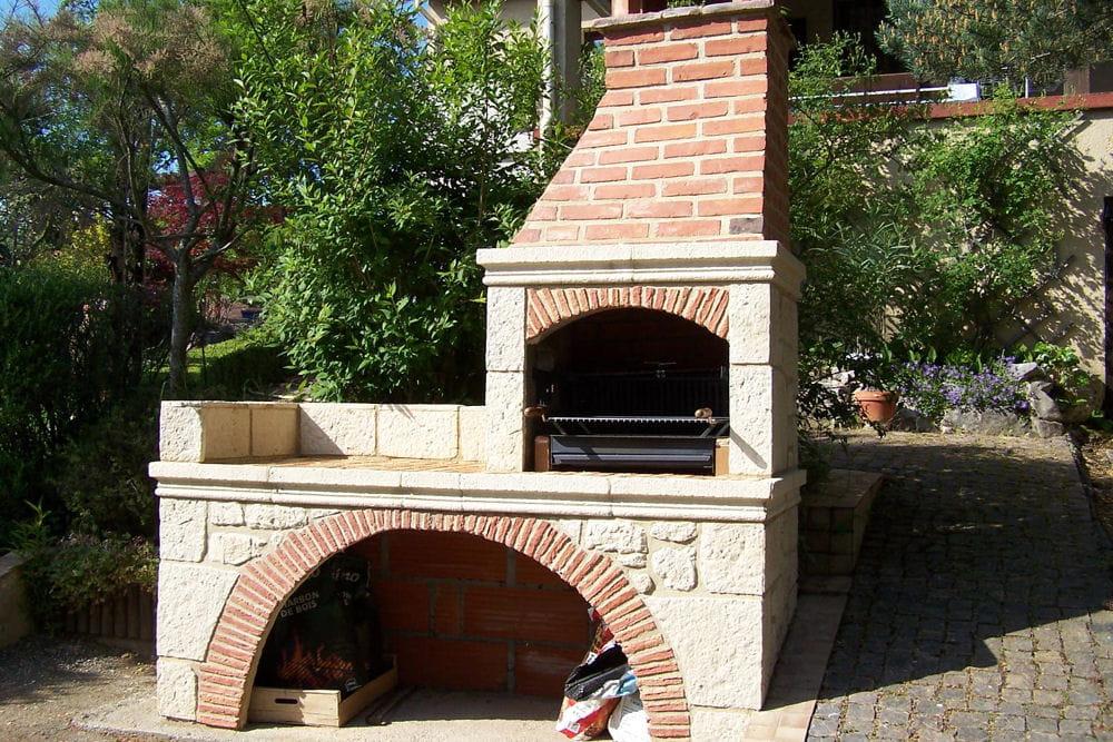 Un barbecue avec tournebroche lectrique for Barbecue exterieur brique