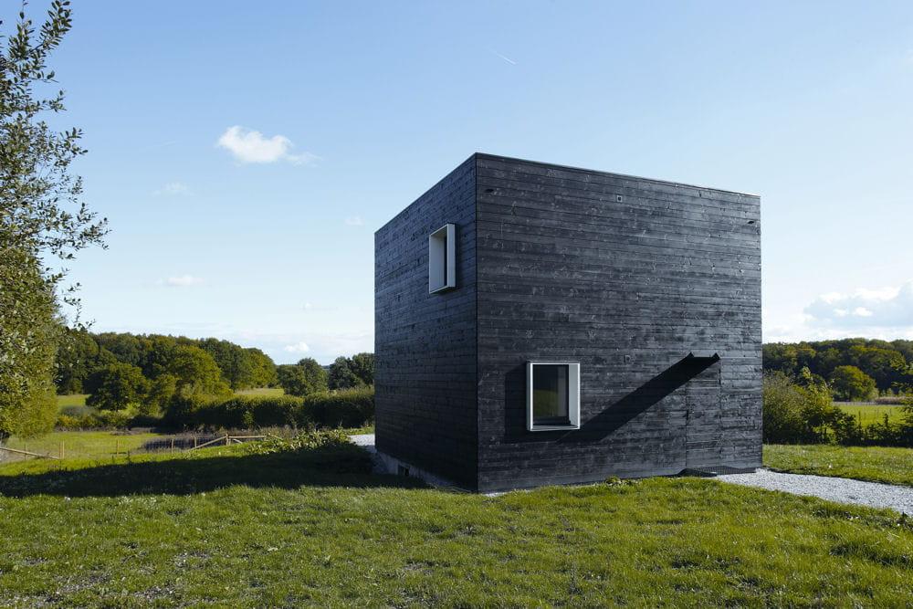 maison cube bellavilliers 61 les plus belles maisons contemporaines de 2013 linternaute. Black Bedroom Furniture Sets. Home Design Ideas