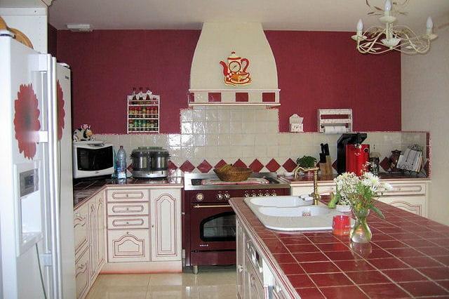 Une cuisine bicolore 15 cuisines am nag es par les for Les cuisines amenagees