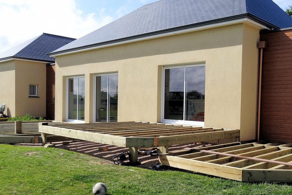 La terrasse construction d 39 une maison cologique for Terrasse bois surelevee