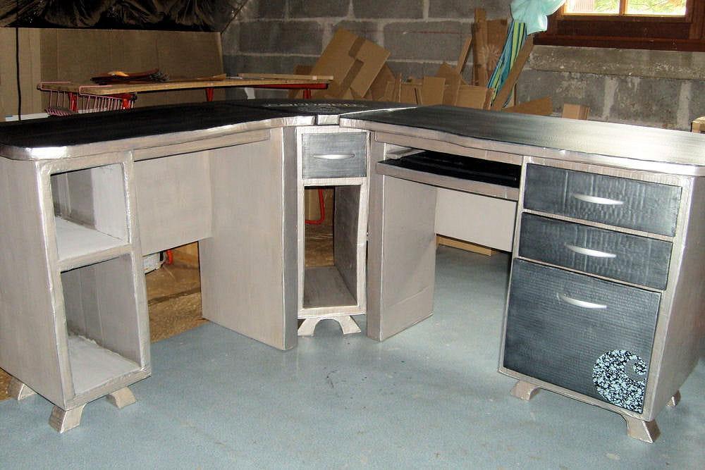 Un bureau d 39 angle 15 meubles en carton fabriqu s par les for Meuble bureau angle