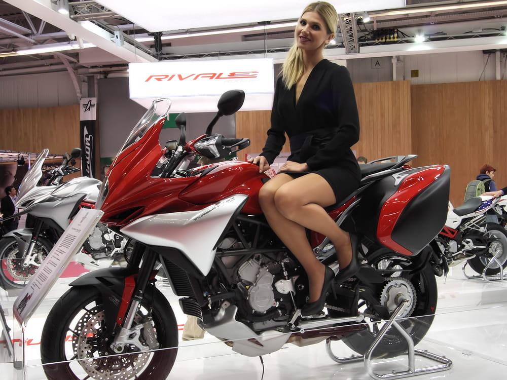 amazone salon de la moto de paris 2013 les h tesses linternaute. Black Bedroom Furniture Sets. Home Design Ideas