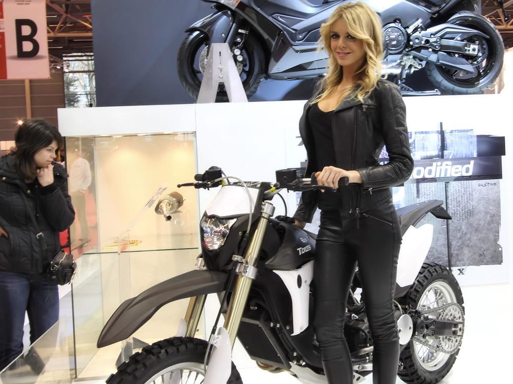 sensuelle salon de la moto de paris 2013 les h tesses linternaute. Black Bedroom Furniture Sets. Home Design Ideas