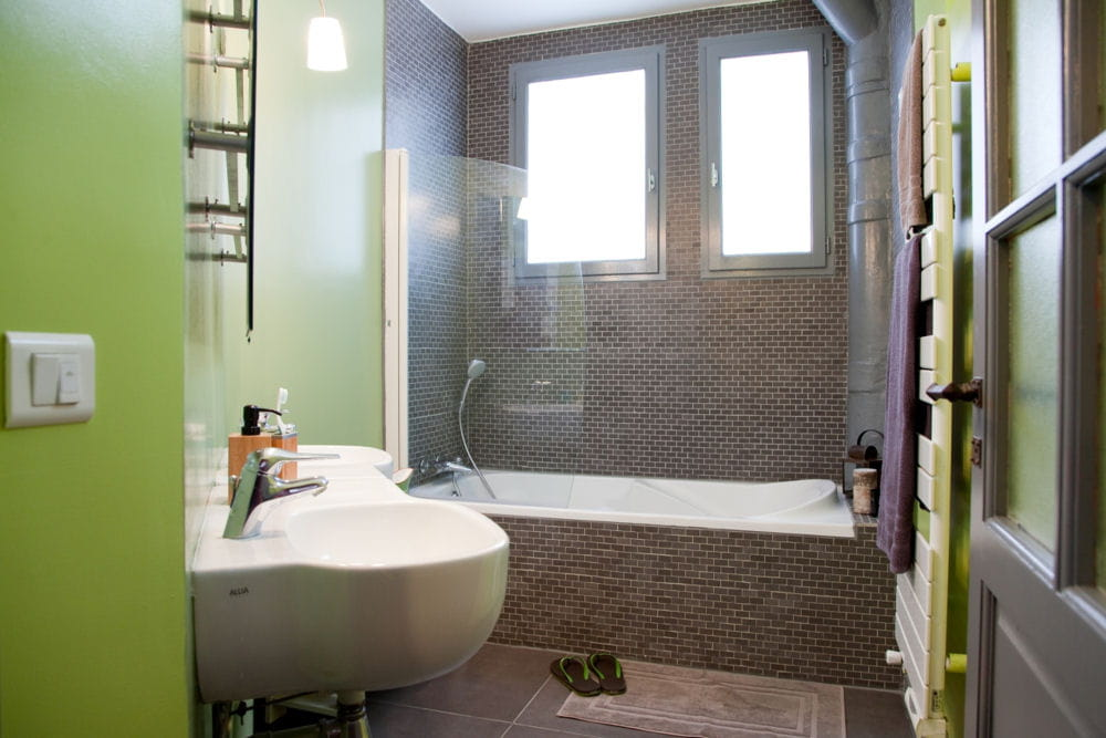 Apr s la salle de bains r nov e avant apr s une for Salle de bain renovee