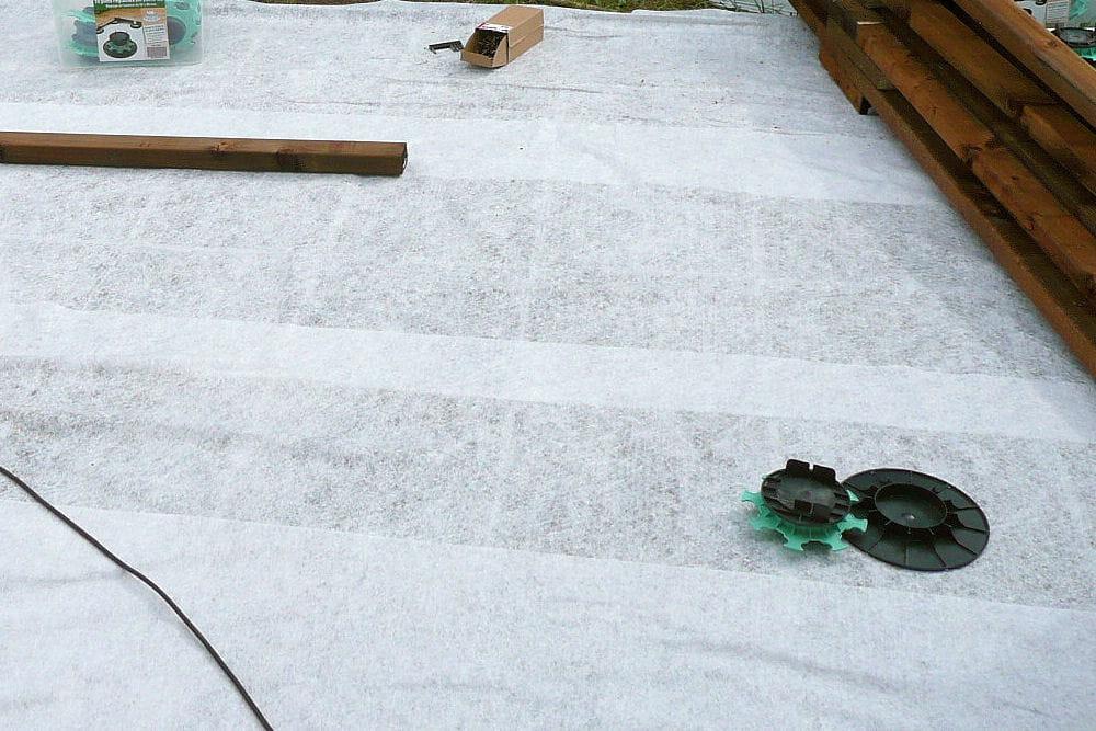 Pose d 39 un film g otextile suivez la construction d 39 une terrasse en - Pose geotextile terrasse ...