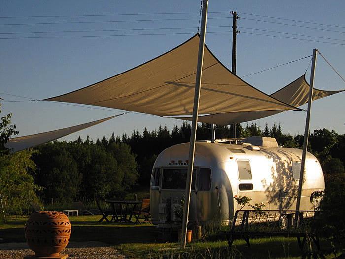 dormir dans une caravane am ricaine 30 lieux insolites o dormir en france linternaute. Black Bedroom Furniture Sets. Home Design Ideas