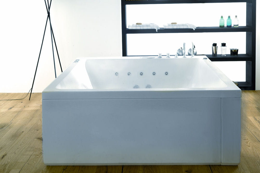 une baignoire carr faites entrer la baln o dans votre. Black Bedroom Furniture Sets. Home Design Ideas