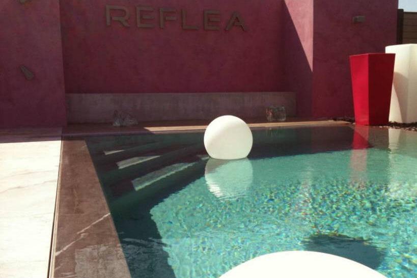 une piscine effet miroir 25 piscines et spas installer chez soi linternaute. Black Bedroom Furniture Sets. Home Design Ideas