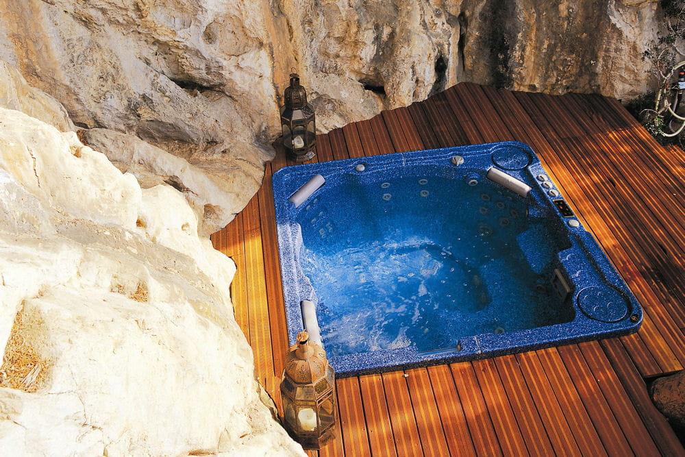 un spa enterr 25 piscines et spas installer chez soi linternaute. Black Bedroom Furniture Sets. Home Design Ideas