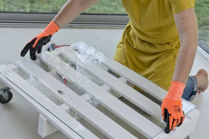 Pose de la plaque de verre d couvrez comment transformer une palette en tab - Comment transformer une palette en table basse ...