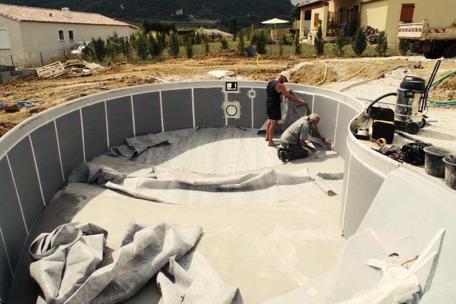 La pose du tapis de sol d couvrez comment monter une for Piscine a monter en kit