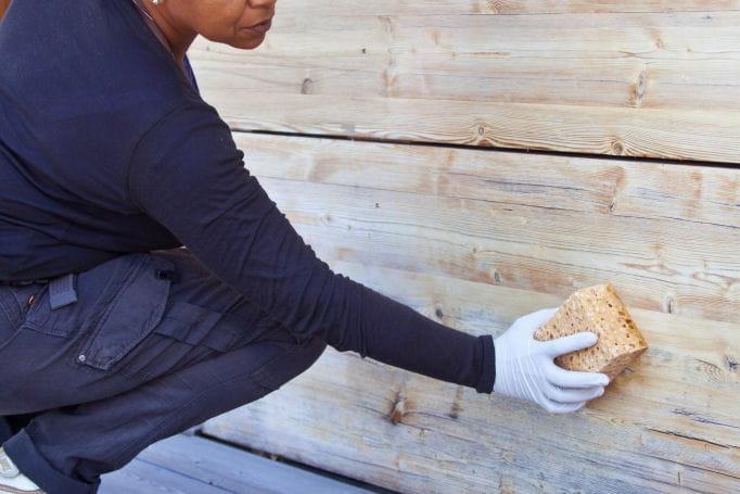 nettoyage de la fa ade en bois repeindre une fa ade en bois pas pas linternaute. Black Bedroom Furniture Sets. Home Design Ideas
