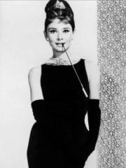 http://www.linternaute.com/cinema/magazine/100-looks-mythiques-du-cinema/image/diamants-sur-canape-1961-15-g-cinema-magazine-2254924.jpg