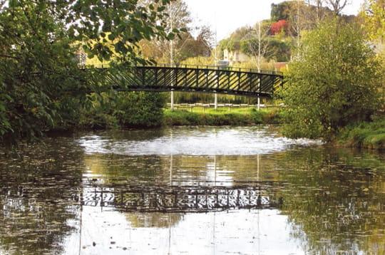 le pont du jardinier a été réalisé vers 1900 par les ateliers eiffel à la