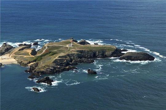 petit îlotcoupéde belle-île à marée haute, la pointe des poulains