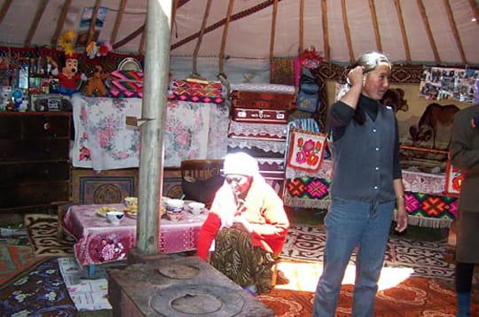 Dans une yourte en mongolie habitats du monde linternaute for Porte yourte