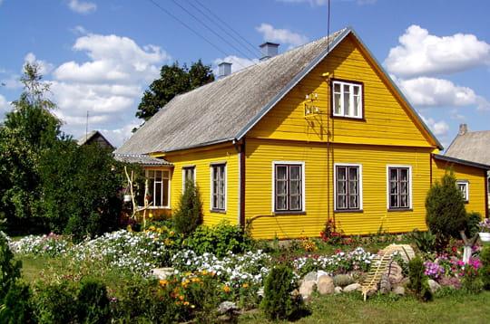 maison typique lituanienne habitats du monde linternaute. Black Bedroom Furniture Sets. Home Design Ideas