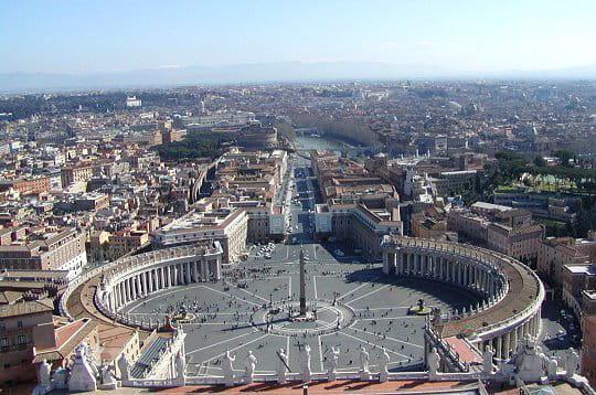 la place saint-pierre vue depuis le dôme de la basilique saint-pierre de rome.