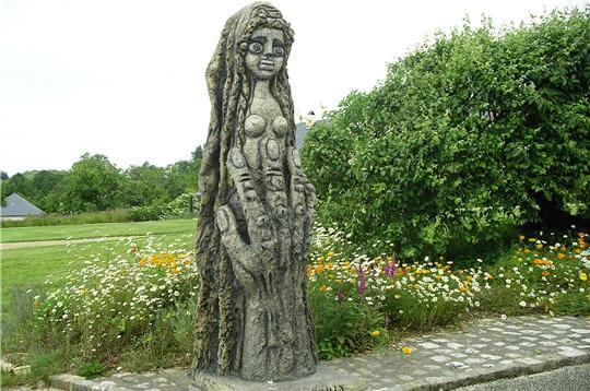 la route qui mène au musée est jalonnée de statues évoquant des personnages de