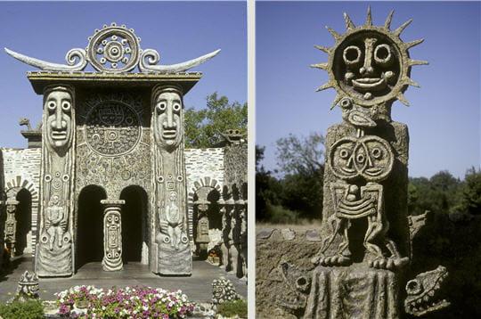 a gauche : orientéevers l'est, la porte du soleil est formée de deux