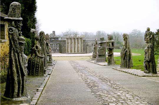 a l'entrée de la propriété, le visiteur est accueilli par 19 statues. cette