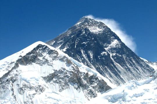 le mont everest culmine à 8 848 mètres ce qui en fait le plus haut sommet de la