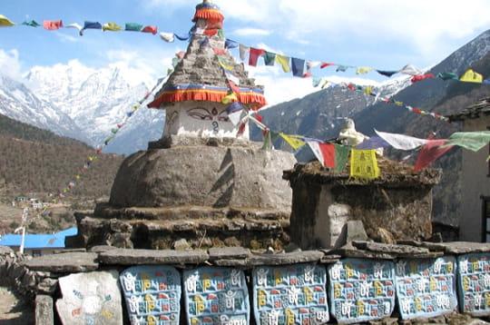 chorten est le nom local de ce stûpa bouddhique tibétain qui se situe près de