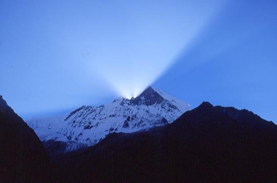 autre montagne de l' himalaya, machapuchare culmine à 6993 mètres. selon les