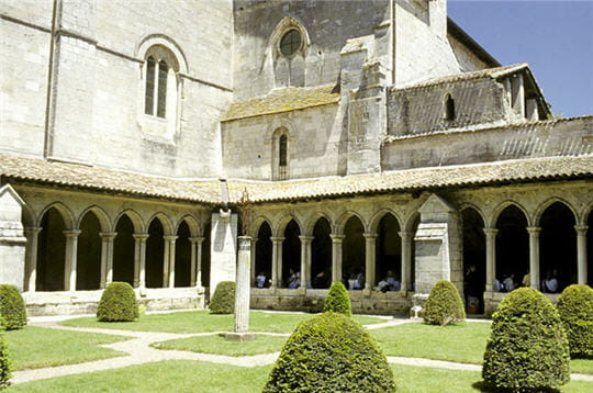 saint-emilion est à l'origine une cité médiévale. elle abrite l'église