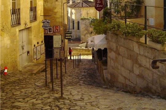 ici, la rue du tertre de la tente, une des rues principales. les visiteurs