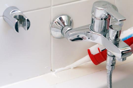 Remplacer un joint en silicone - Enlever joint silicone salle de bain ...