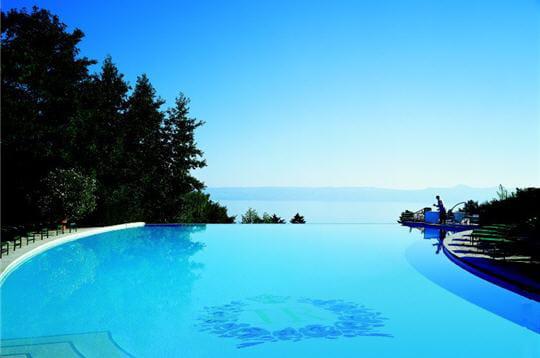 Piscine avec vue sur le lac evian royal palace linternaute for Camping evian les bains avec piscine
