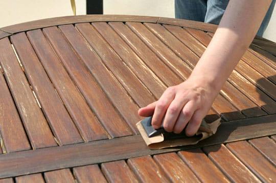 egrenez avec la cale poncer vernir du mobilier de jardin linternaute. Black Bedroom Furniture Sets. Home Design Ideas