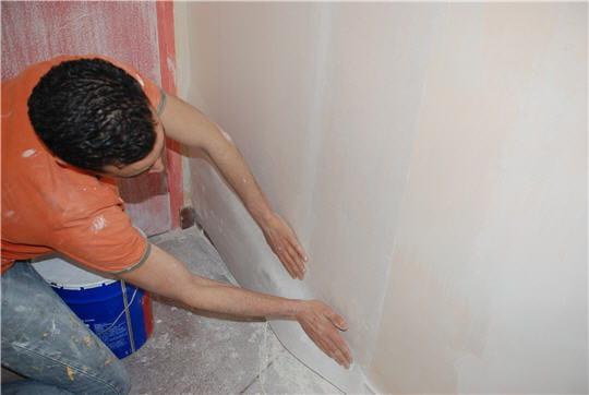 poser une toile de verre enduire et repeindre murs et plafonds linternaute. Black Bedroom Furniture Sets. Home Design Ideas