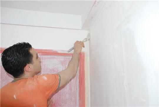 peindre les murs enduire et repeindre murs et plafonds linternaute. Black Bedroom Furniture Sets. Home Design Ideas