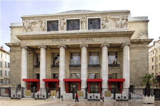 l'opéra de marseille est composé d'une imposante façade avec un péristyle et des