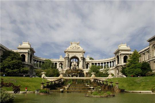 cet imposant bâtiment est un château d'eau érigé au xixe siècle pour saluer la