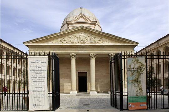 construite au xviie siècle, la vieille charité accueillait les orphelins et les